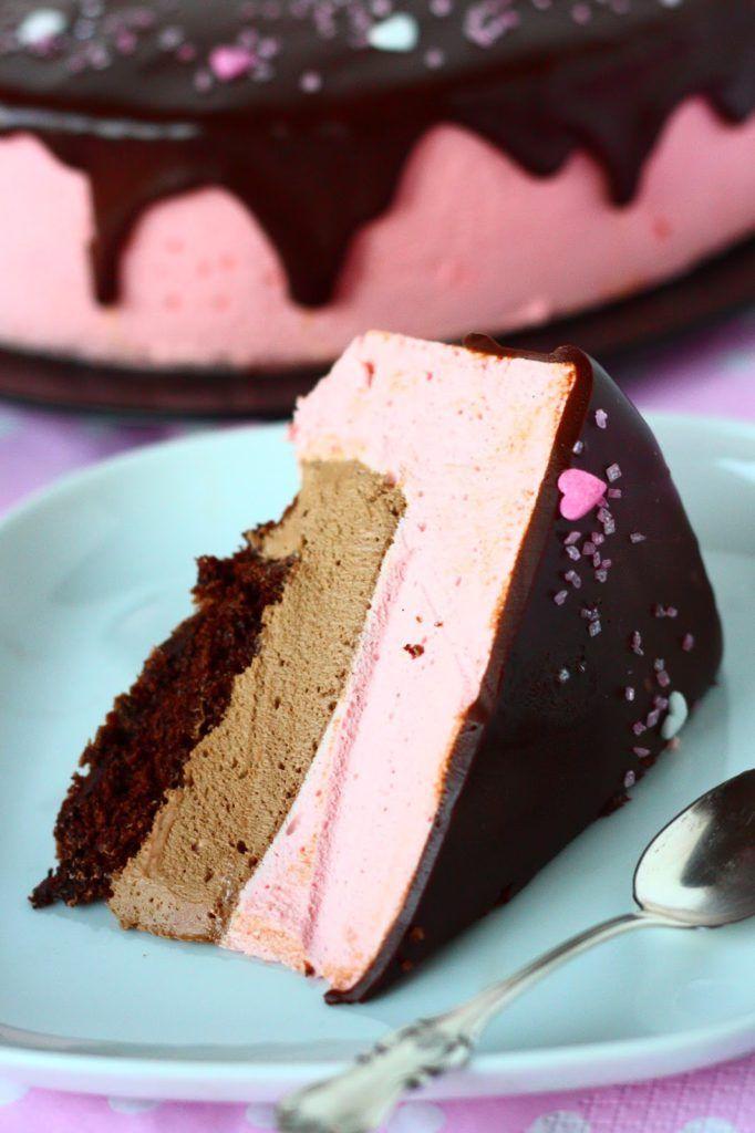 """""""Älä tule paha kakku, tule hyvä kakku!"""" -hokema pyöri keittiössä mielessäni, kun tein piparminttu-suklaamoussen sisuksiinsa kätkevää moussekakku. Hyvähän siitä tulikin, ihan mahdottoman hyvä! Niin ja jos nyt Joulua mietitään, niin tämähän olisi aivan mahdottoman hyvä jälkiruoka! Tai välipala 😉 Yleensä Jouluna tulee syötyä melko raskaasti ja tällainen raikas moussemainen kakku olisi täydellinen päätös Jouluaterialle. Työkaverini …"""