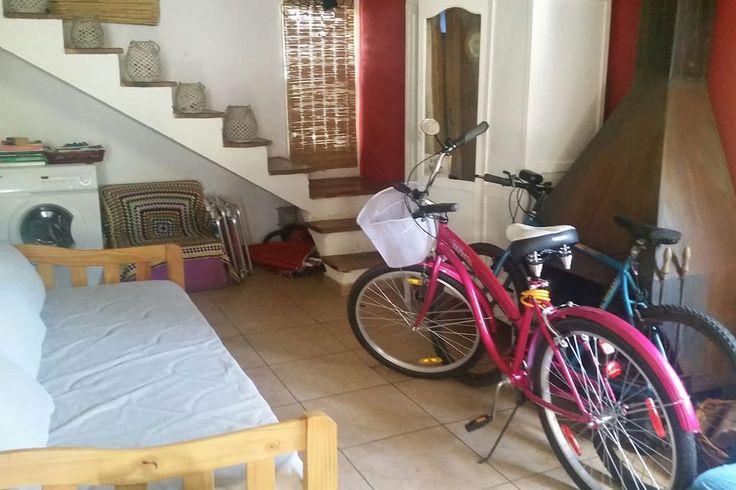 En el estar tenemos una cama marinera y un sillon tipo futon de 2 plazas. Hay lavarropas automatico y dejamos dos bicicletas