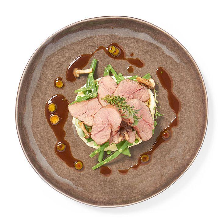 Gebakken lamsrump met mousseline van aardappel, voorjaarsgroenten en bonenkruid