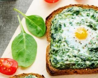 Toasts Croq'Kilos aux épinards à la crème et œufs de caille : http://www.fourchette-et-bikini.fr/recettes/recettes-minceur/toasts-croqkilos-aux-epinards-la-creme-et-oeufs-de-caille.html