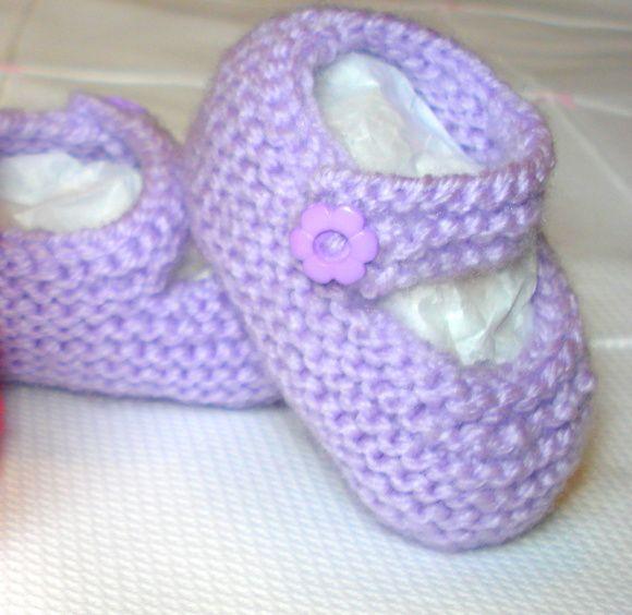 Sapatinho para bebê, em tricot. Confeccionado com lã especial para bebê - macia e antialérgica - pode ser feito na cor de sua preferência. Tamanhos: RN à 12 meses R$ 22,80