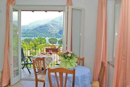 Studio Garden Uno Bis  Rustig gelegen vakantiewoningen met balkon of tuin en privé-strand met zonneweide in het gezellige Cannobio (400 m.) aan het Lago Maggiore. De woningen bevinden zich in een gebouw van drie etages op 150 m. afstand van het privé zand-kiezelstrand met zonneweide en op 400 m. van het centrum. Deze 2-persoonswoningen (studio's) bevinden zich op de begane grond tweede of 3e etage. Op de begane grond beschikt U over een omheinde tuin de andere woningen hebben een klein…