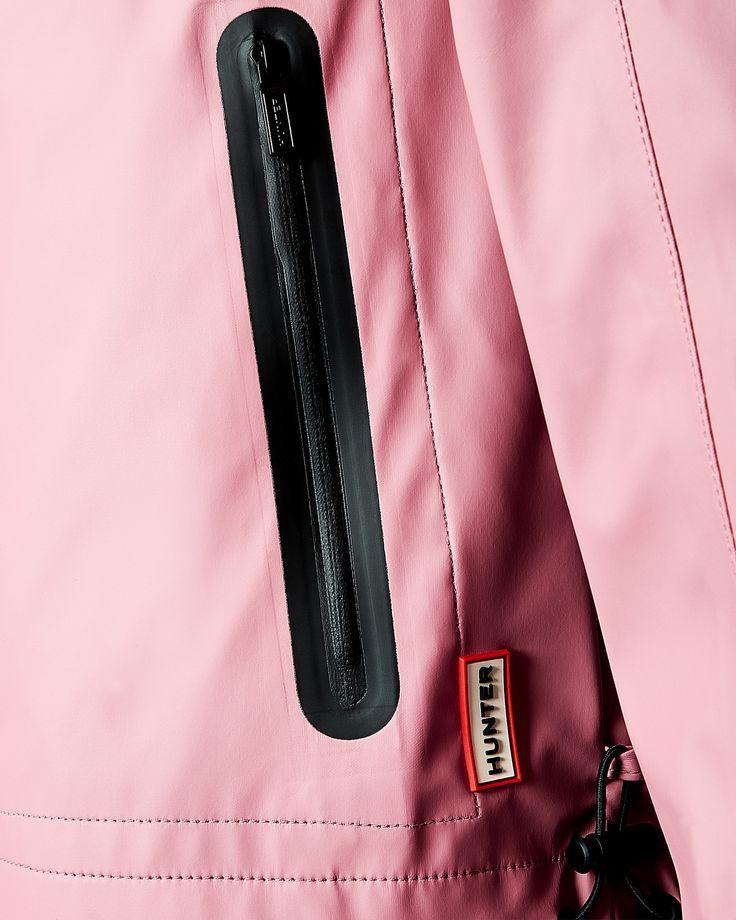 Ce coupe-vent à capuche est confectionné dans une matière jersey caoutchoutée.