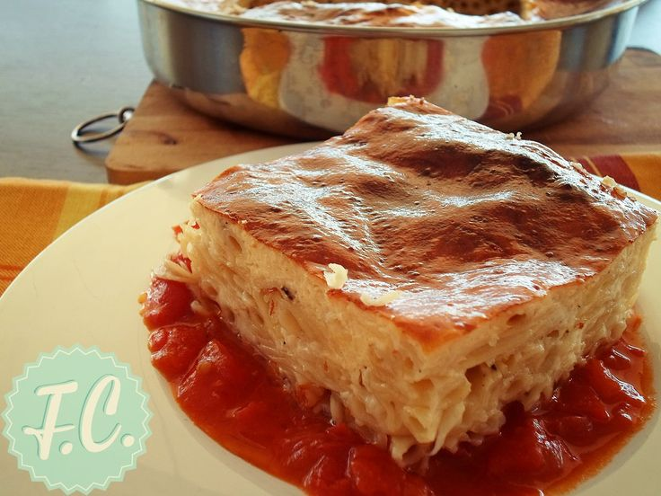 Μια απλή συνταγή για ελαφριά αλλά και χορταστική μακαρονόπιτα! Φτιαγμένη μόνο με τυριά και μια καταπληκτική κρέμα με γιαούρτι!