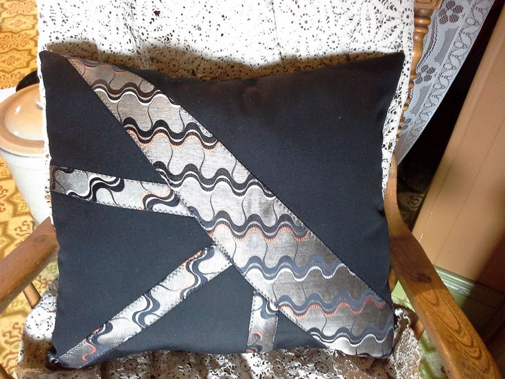 Coussin cravate fait à la main avec cravate recyclé. Coussin noir imperméabilisé avec bourre de codelle neuf.Ce coussin est fabriqué dans un endroit sans fumé.  Dimension 18 x 18 Boutique en ligne www. lestresorsdemaryse.com