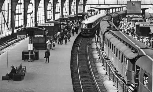 """Nach der Modernisierung Anfang der 20er-Jahre wurde der Bahnhof Friedrichstraße einer der verkehrsreichsten Halte auf der Stadtbahn. Im Jahr 1936 trifft der """"Fliegende Hamburger"""", ein Schnelltriebwagen der Reichsbahn, ein. Foto: Slg. Dr. Brian..."""