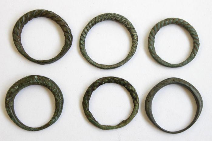 Collectie middeleeuwse bronzen twisted ringen - 18 mm/21 mm (6)  Materiaal: brons.Conditie: Zeer fijn/soepel patina/zie foto's.Datum: 9e-11e eeuw - Viking periode.Herkomst: Europa.Diametr: 18 mm 185 mm 20 mm 21 mm 20 mm 19 mm.Zie afbeeldingen voor een juiste indruk.Zal worden verzonden per aangetekende post met het tracking-nummerAlle noodzakelijke documenten zijn afkomstig van CatawikiHerkomst: Gekocht van een particuliere collectie juridischDe producten aangeboden onvoorwaardelijk…
