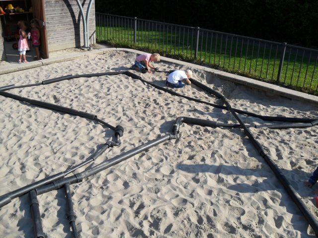 PVC buizen in de zandbak staat garant voor heel veel plezier! Samenwerking en ruimtelijk inzicht.