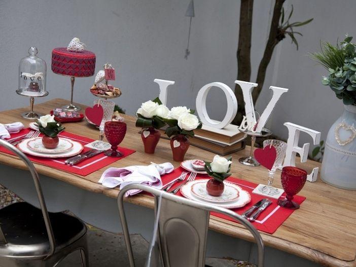 mesa love em branco e vermelho para dia dos namorados.