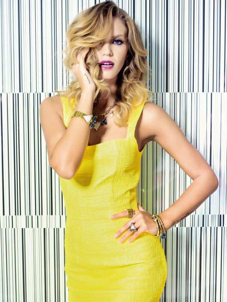 Sale time - fevereiro 2014 - Vestido Camila Duek para Bazaar Fashion, brinco e anel (mão direita) Silvia Döring, e colar, pulseiras e anéis (mão esquerda) Camila Klein.