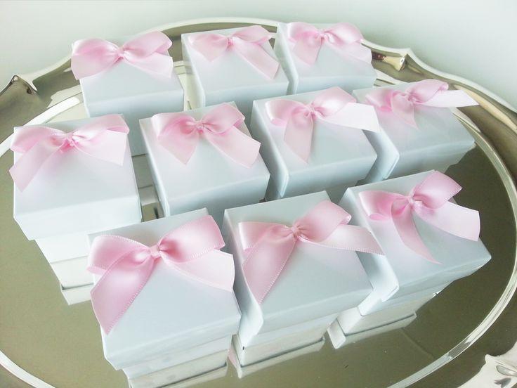 Geboortebedankjes met roze dubbelzijdig satijn lint. www.SweetLittleThings.nl