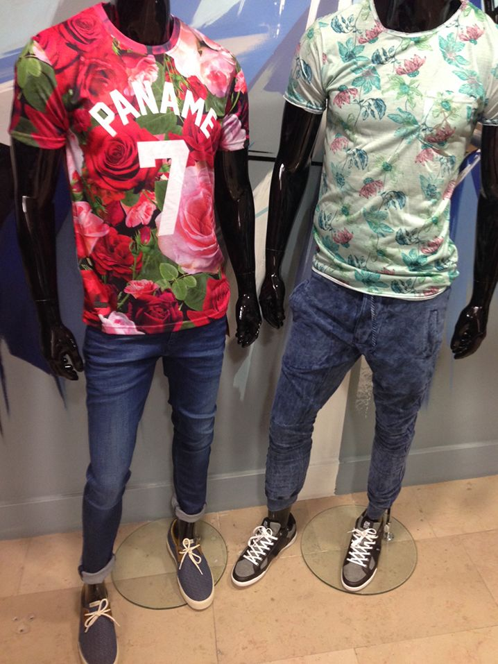 """Les looks """" Sexy sous le soleil """" - Homme """"Fleur"""" : Tee-shirt UNKUT + Jean TOMMY HILFIGER + Chaussure ARMISTICE - Homme """"Vert"""" : Tee-shirt PEARLY KING + Pantalon CENT'S + Basket JIM RICKEY RDV chez PARANO"""