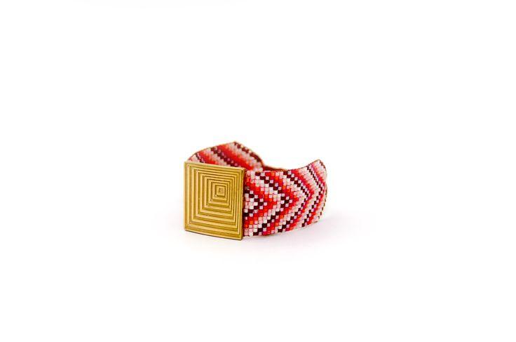 Brazalete de la colección verano 2017 modelo Seller, chapado en oro y tejido con perlas de Cristal Japonés en coral