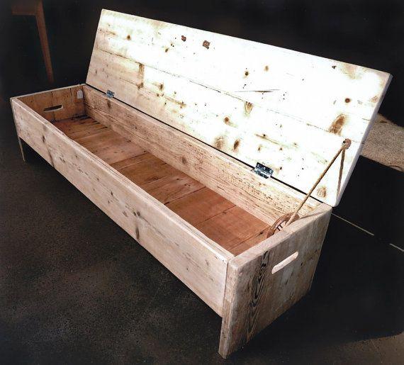 Asientos de tamaño personalizado para cualquier habitación de la casa. Este banco rústico industrial esconde un amplio espacio. Puede ser el almacenaje del zapato en su pasillo. Un cuadro de manta a los pies de su cama. Estar en su cuarto de baño. Acabado en cera claro o crudo de la izquierda. Hecho uso de pre secado reclamado tablas para evitar la contracción y deformación. Construido al último y totalmente garantizados. El interior base del Banco se realiza mediante tablas de pino…