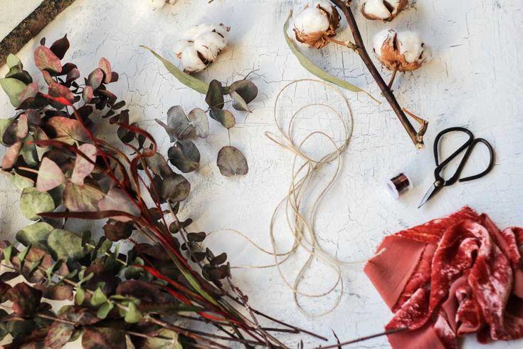 DIY corona de Navidad minimal con eucalipto y lazo de terciopelo