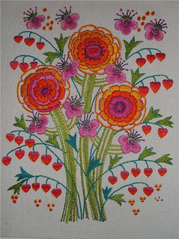 RETRO, fantastisk broderad bonad med blommor i orange. 60-tal/70-tal? på