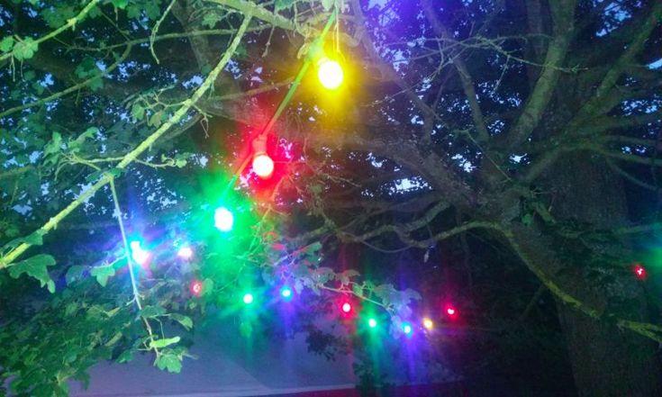 Guirlandes lumineuses électriques intérieur/extérieur avec de véritables ampoules à baïonnettes 15W.J'ai 6 lots différents.Lot 4: (50m et 151 ampoules)- Une guirlande de 38m et 111 ampoules- Deux guirlandes de 6m et 20 ampoulesAmpoules multi rouge/vert/jaune/bleu (traditionnelles 15W, quelques LED 1W sur la grande)Les autres lots sont également à louer sur ce site (ampoules blanches, transparentes ou multicolores, LED ou traditionnelles à filament).Avoir plusieurs guirlandes plutôt qu'une…