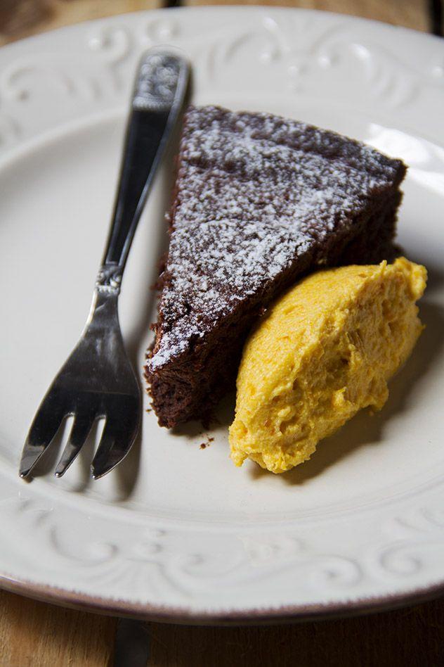Torta al cioccolato con zucca e mandorle
