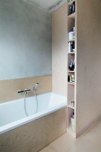 Meubelontwerper Filip Janssens koos dan weer bewust voor een ruw afgewerkte badkamer in berkenmultiplex. De muren werden niet betegeld, maar...