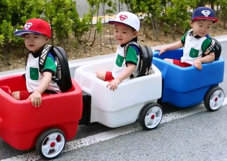 Red white blue and green colour coordinated tee shirt, cap and trolley on way to day care with appa at the end of the first shooting of #ReturnOfSuperman ep36 #SongTriplets
