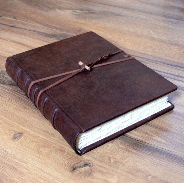 Elegantní deník A5 Precizně provedený celokožený deník formátu A5, sblokem ručně šitým na složky, s300 stránkami ručně trhanými, z papíru v odstínu béžovém, na přání vanilkovém, či bílém. Pevné desky jsou potaženy do kvalitní hnědé kůže starobylého vzhledu, na přední straně opatřené řemínky s jednoduchým zapínáním pro svázání knižního bloku. ...