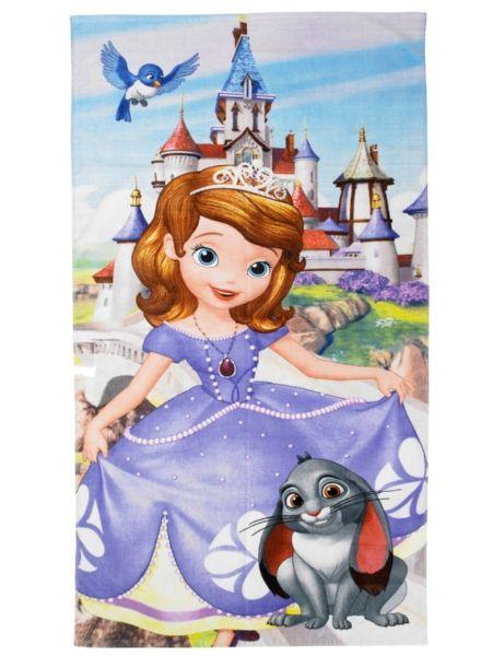 Unelmanpehmeässä Sofia ensimmäinen -pyyhkeessä poseeraa tarmokas Sofia lemmikkipupuineen. Pyyhe on sataprosenttista puuvillaa, ja sen koko on 70 x 140 cm. Pesu 40 asteessa.