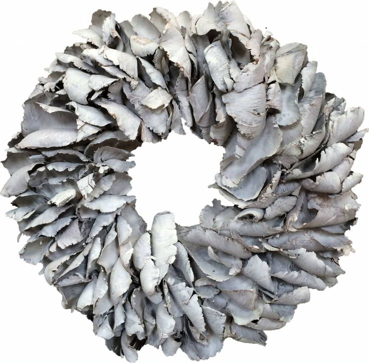 Deze whitewash krans heeft een doorsnede van 40 cm. De krans heeft een whitewash kleur en is gemaakt van schors.