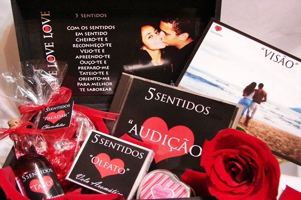 Caixa dos 5 sentidos.  Olfato - perfume;  paladar - chocolate;  tato - óleo de massagem, roupa;  visão - fotos, porta retrato;  audição - CD.