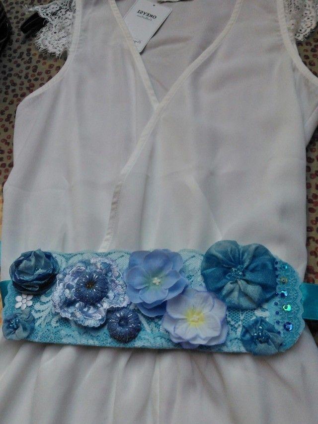 Cinturón en tonos azules, con diversos