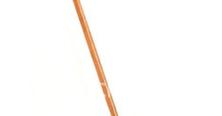 Como são feitos os tacos de madeira de hóquei?. O primeiro elemento de um taco de hóquei a ser construído é o cabo, que varia em tamanho. Cabos usados por profissionais podem ter até 1,6 m do topo à lâmina; aqueles vendidos para jovens jogadores podem ser menores, com cerca de 60 cm.