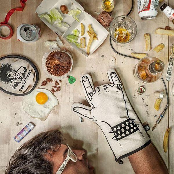Cosa si può trovare nella casa dei single http://bit.ly/1EHs3qP #design #arredamento #casa guanti da cucina  nella casa dei single