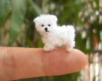 Ganchillo hecho a mano mini perro - leonado cachorro maltés está hecha de hilos de bordado.    Tamaño: Aprox. 0,8 pulgadas (20 mm) de largo y 0,6 pulgadas (15 mm) de alto.    Ideal para cualquier pantalla animal de casa de muñecas, colección mini perro...    + Cada elemento es individualmente a mano y puede variar ligeramente de las fotos.  + Para más pequeños ganchillo los perros mini, por favor consulte el vínculo de la sección  https://www.etsy.com/shop/SuAmi?section_id...