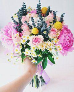 Букет из свежих цветов с сухоцыетами: лаванда, хлопок, краспедия.