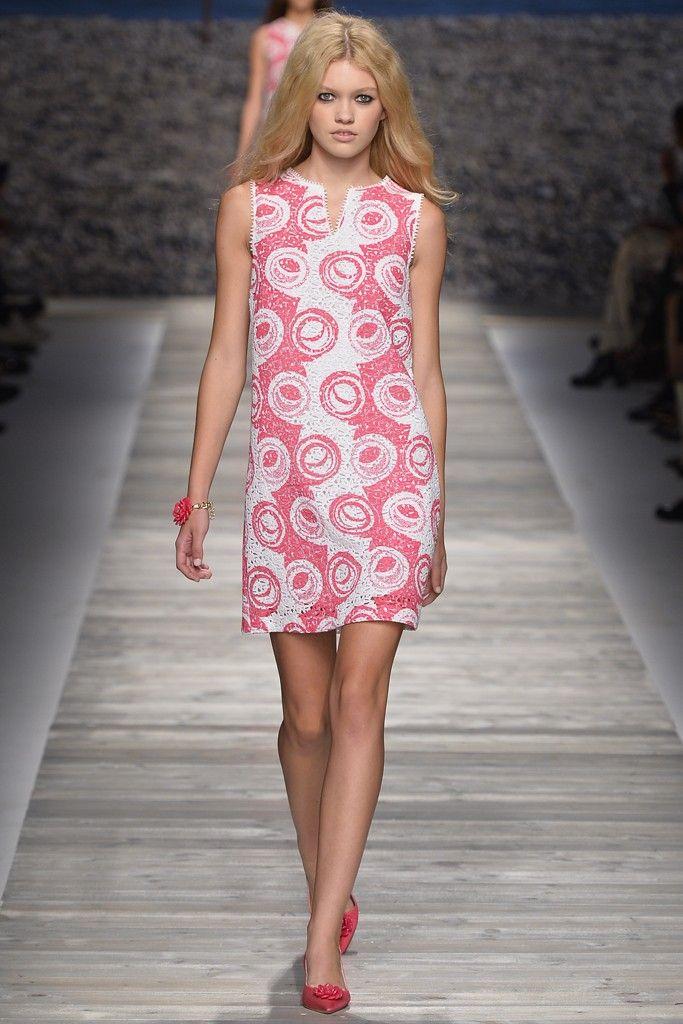 Ella crea ropa sexy, a menudo usando una fórmula que combina breves faldas y telas transparentes. Al hacer esto, se toma la ropa de la calle y en el ámbito de la ropa de diseño.