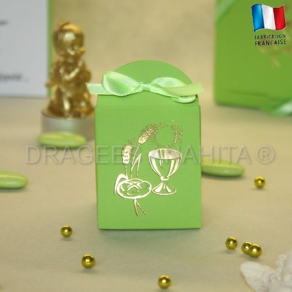 Une pochette pour communion verte pour offrir vos dragées communion aux amis et famille qui partageront ce moment de joie et de partage. Sur cette boite, un Calice en Or apporte le symbole incontournable et un véritable sens à votre cérémonie.