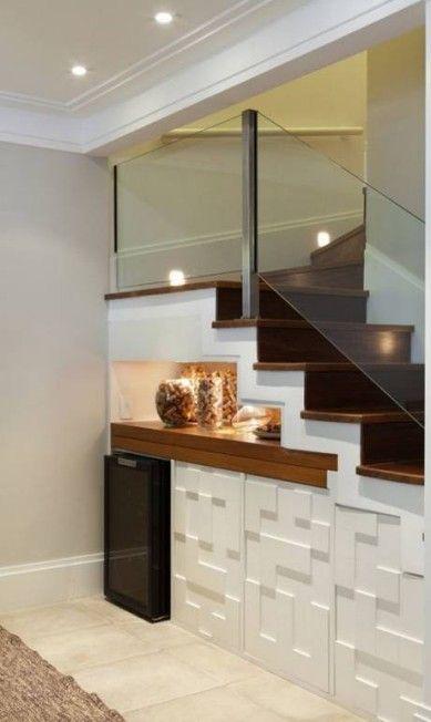 A arquiteta Silvana Lara aproveitou o espaço reduzido da sala para colocar a adega, um armário e também um aparador retrátil, que serve de apoio para a mesa de jantar no espaço embaixo da escada Divulgação
