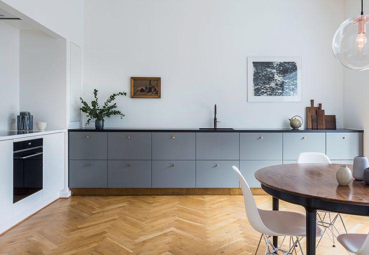 Et lille køkken i et rum for sig selv er her afløst af en åben løsning. Køkkenet er flyttet ind i den ene af to en suite-stuer i et hjem nord for København.
