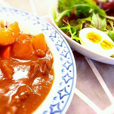 冷蔵庫のそうじを兼ねて、野菜カレーと期限ギリギリの卵をゆで卵に♪ ゆで卵を半分に切ったら…なんと、双子ちゃん(*^^*) とっても幸せな気分になりました(*^^*) - 64件のもぐもぐ - 野菜カレー&双子のゆで卵のサラダ(*^^*) by shinshin1226