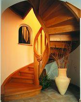 Escalera circular con zancas laterales (estructura y peldaños de madera)