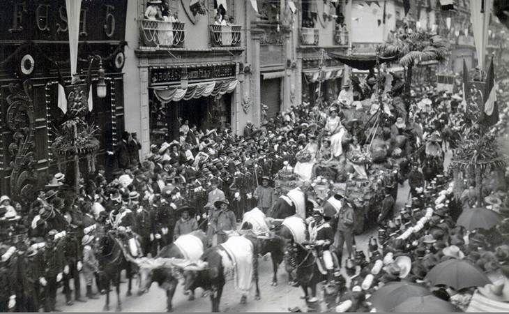 Centenario de la Independencia, el 15 de septiembre de 1910, a su paso por la calle de San Francisco - Plateros, hoy Madero. Del lado izquierdo se aprecia el edifico que alojaba a la antigua Droguería de la Palma. Cd. de Mexico