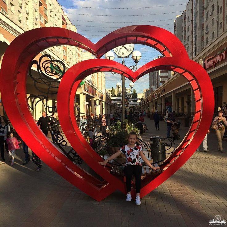 """На Бульваре Роз в Энгельсе установили символ счастливой семейной жизни  Инсталляция в виде двух красных сердец теперь встречает жителей и гостей Энгельса на самой уютной и популярной улице – Бульваре Роз.  Новая достопримечательность – это не только символ влюбленности и семейного счастья. Это - признание в большой и преданной любви к родному городу, считают создатели объекта.  Такой подарок горожанам преподнесли в День защиты детей.  """"В жизни каждого человека должны быть памятные вещи…"""