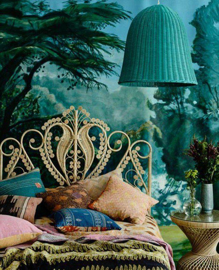 deco bleu canard dans une chambre royale, papier peint foret, lit design customisé, couvertures et coussins multicolores, style bohème chic