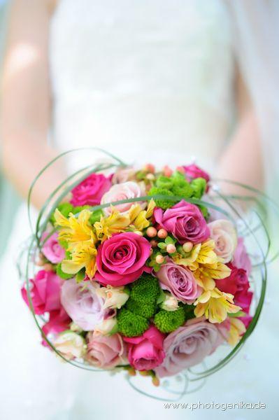 Brautstrauss in rose, pink, grün, gelb aus verschiedenen Blumen mit Farn umbunden