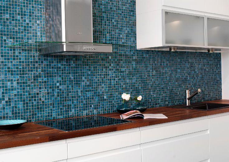 Letar du efter det perfekta mosaiken till ditt kök? Konradssons Aurore tormalina är ett otroligt vackert mosaik som kommer i blå nyanser, vilket ger ett väldigt fint skimmer. Mosaiken passar väldigt bra till köksskivor i trä eller betong. Läser mer om våra nyheter på Stonefactory.se! #Mosaik #Blå #Kök #Inreda #Inspirera #Stonefactory