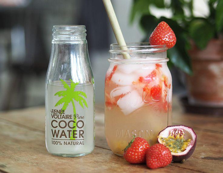 Här kommer ett tips på en, sockerfri, fruktig, svalkande, nyttig och supergod sommardrink! Fruktig alkoholfri sommardrink Några jordgubbar Passionsfrukt Kokosvatten Massa is Gör såhär: Hacka jordgubbarna i små bitar,så dom nästan blir mosiga. Dela och gröp ur passionsfrukten. Blanda med kokosvatten och massa is. Servera i stora glas med stora sugrör. (Annars fastnar passionsfrukten i sugrören) Kvällstips! Byt ut kokosvattnet mot prosecco.