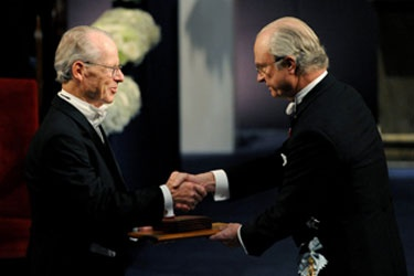 Oliver Williamson receiving the Nobel Prize