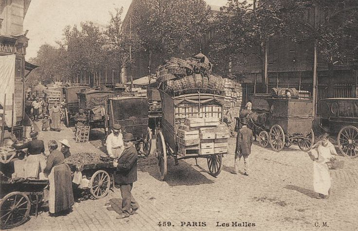 Paris, Les Halles le matin, les caisses sont vides... (ancienne carte postale, vers 1900).