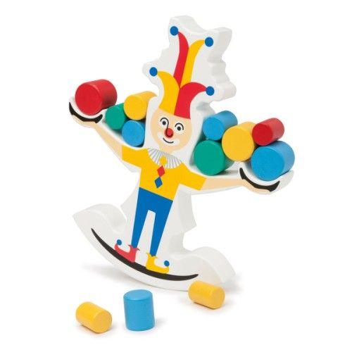 En piste ! Coocoo le clown prépare un numéro de jonglage mais il a bien du mal à garder l'équilibre avec ses grandes chaussures. Seul ou à plusieurs, les enfants posent délicatement une balle en bois sur ce clown équilibriste. Si les 24 balles tiennent en équilibre sur Coocoo, la partie est gagnée ! Plébiscité par les parents pilotes, ce jeu de société, de réflexion et d'adresse apprend aussi aux enfants le lien de cause à effet.