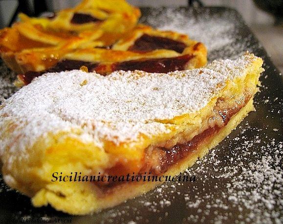 Crostata con crema gialla e marmellata