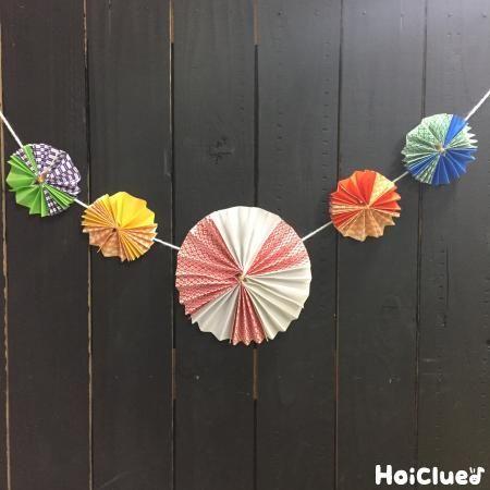 折り紙で楽しむ、お花の和ガーランド。和風だからこそ、お正月やひなまつり、こどもの日などのイベントにももってこい?!自由に色を組み合わせて、お部屋を飾りつけよう!